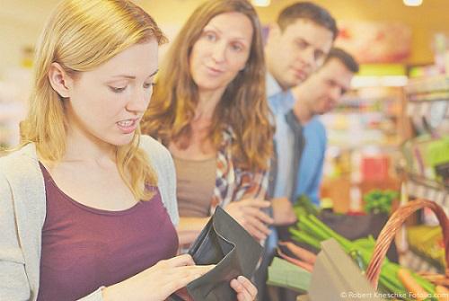 Schulden machen ist unangenehm Frau Supermarkt ohne Geld