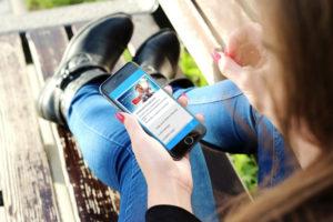 Handy Smartphone in Hand Telefontarif junge Menschen