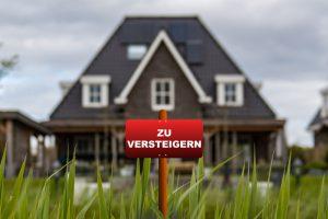 Insolvenz Immobilie verlieren Haus mit Schild zu versteigern