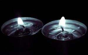 Strom abgestellt Schuldenfalle Stromschulden Kerzen Teelichter Dunkelheit