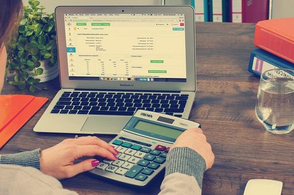 Privatinsolvenz Steuererklärung Laptop rechnen