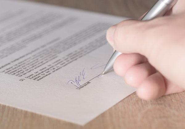 Kredit für Schulden Vertrag unterzeichnen