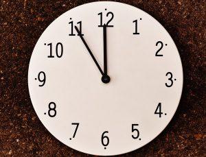 Schulden stunden Uhr Zeit Zeitpunkt fünf vor zwölf