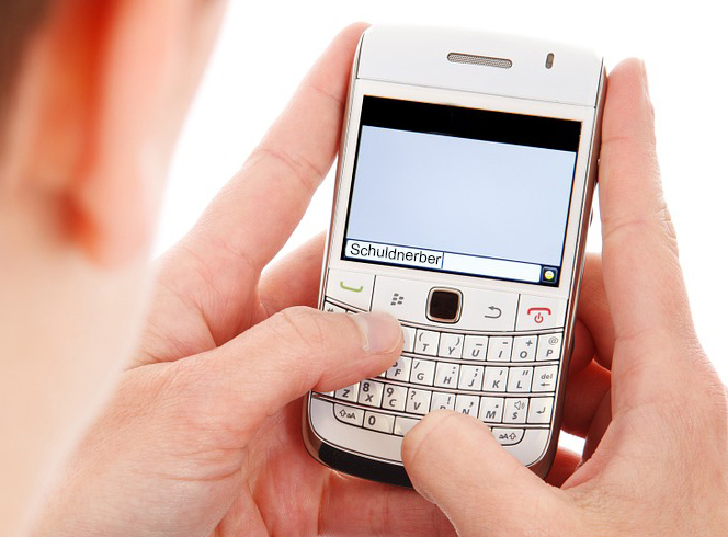 Überschuldung Hilfe suchen Smartphone Schuldnerberatung tippen