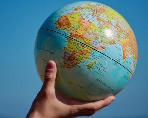 Weltkugel Globus Hand Geoscoring Schufa Bürgel