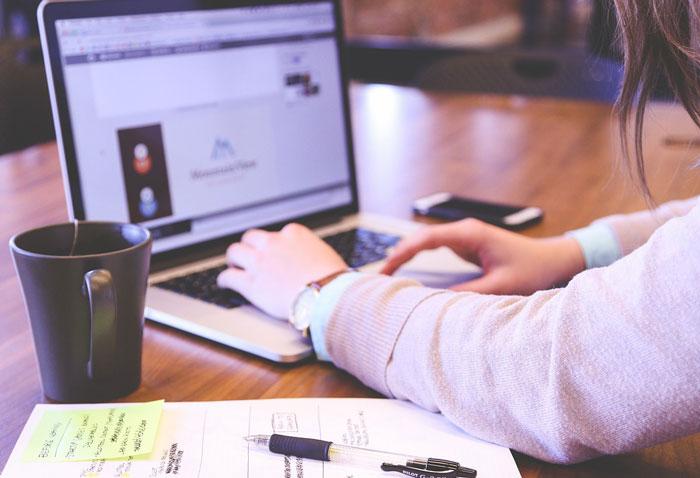 Laptop Suche nach Job Schulden nach dem Studium