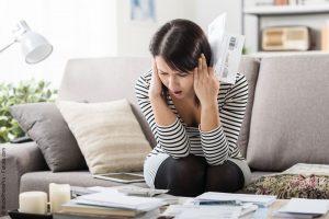 Frau geschockt Rechnung Post Taschenrechner Vollstreckungsbescheid Mahnbescheid Mahnung