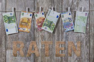 Angemessene Ratenzahlung verschiedene Geldscheine an Wäscheleine