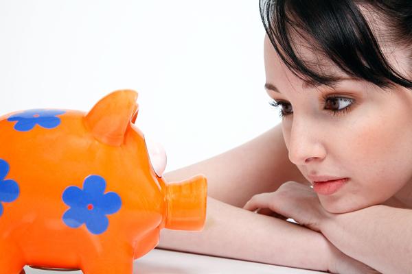 Sparschwein junge Frau guckt