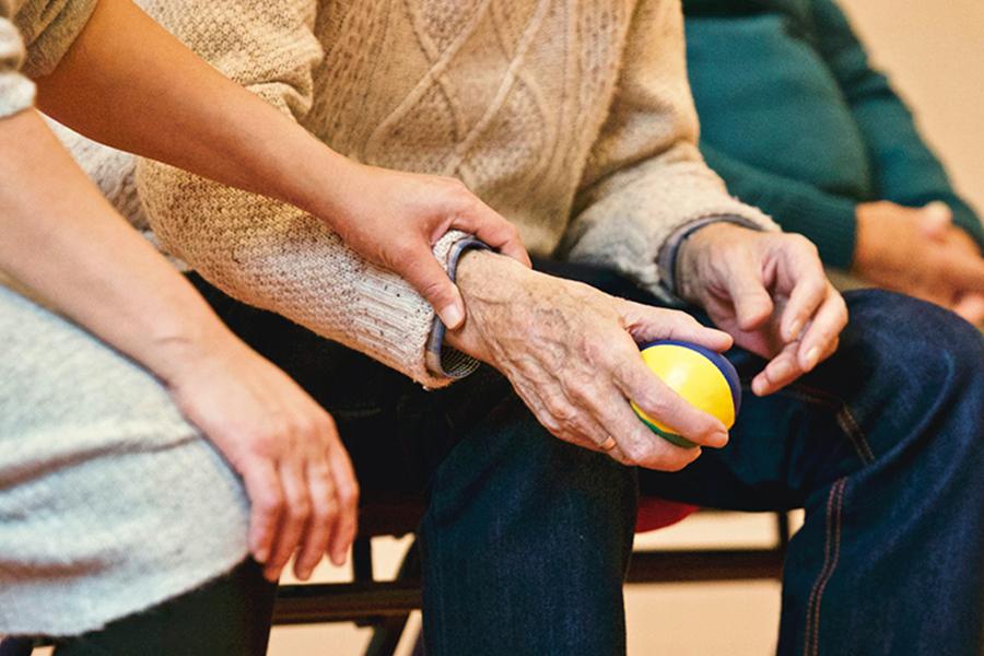 Senioren Pflege Ball in Hand